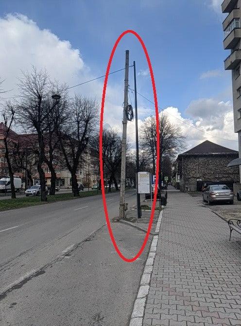 FOTO: Ce-ai făcut, Dorele?!? Lămpile care ar trebui să lumineze Bulevardul Republicii scot stâlpii din pământ!
