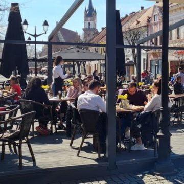 FOTO – Ca-n vremurile bune: Bistrițenii au umplut ieri terasele, pe pietonalul din centru