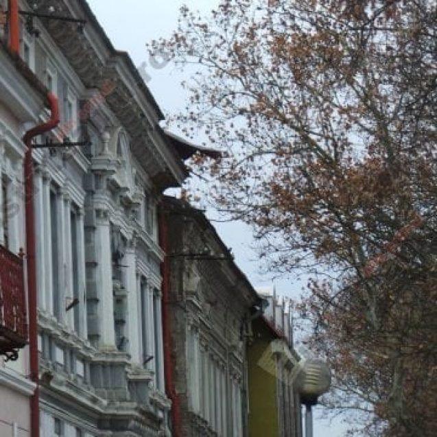 FOTO: De izbeliște… O bucată de tablă pare gata să se prăbușească peste trecători