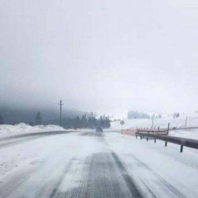 FOTO: ATENȚIE! Ninge slab și viscolit în Tihuța!