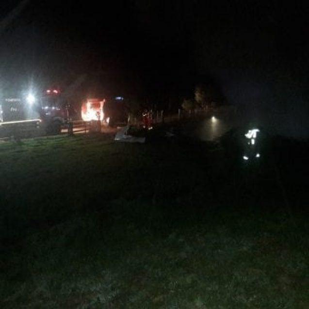 FOTO/VIDEO – Le-au incendiat intenționat anexele gospodărești și două mașini! Autorul, de negăsit
