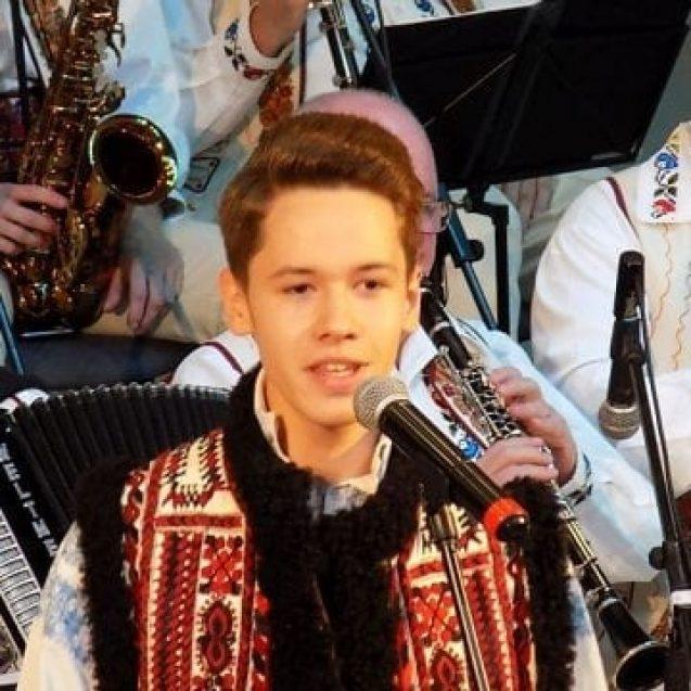 """FOTO/VIDEO – Marea surpriză: Un talentat adolescent de 16 ani a cucerit Marele premiu și Trofeul Festivalului """"Valeria Peter Predescu""""!"""