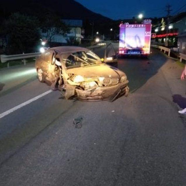 FOTO: Nu a oprit după ce a lovit o camionetă, iar după un kilometru s-a izbit de un parapet