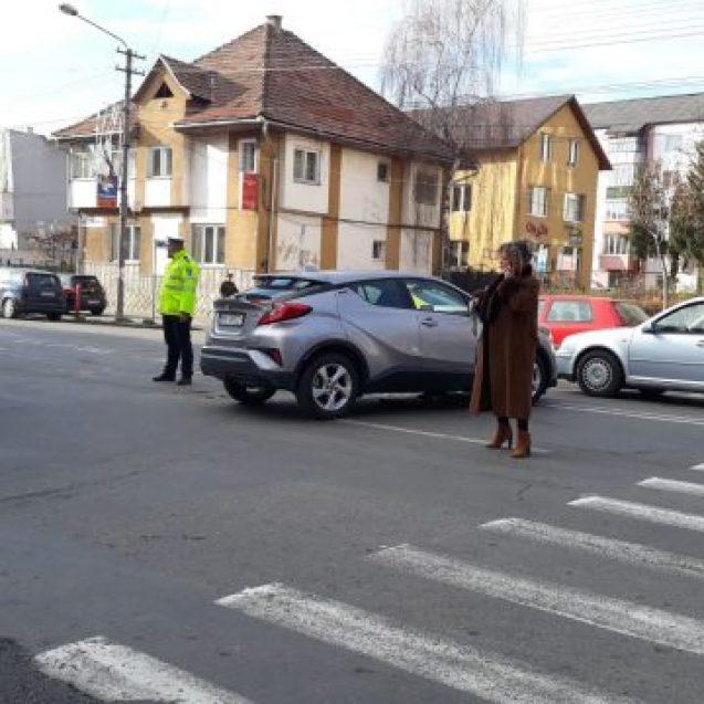 Foto: Situație inexplicabilă! Cum reușește o șoferiță ce a făcut accident să blocheze o intersecție, pentru un moft