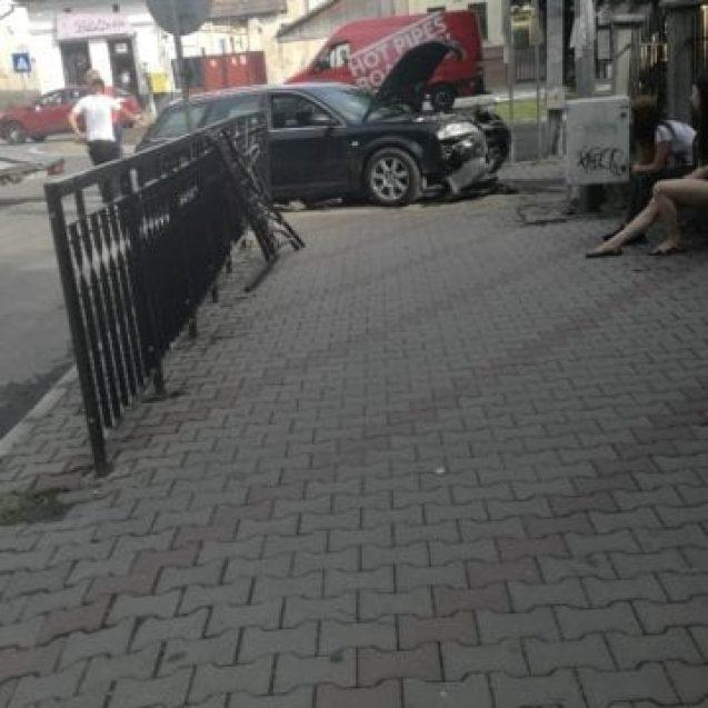 FOTO Accident pe Bulevardul Republicii! Un tânăr a luat în plin un gard de protecție