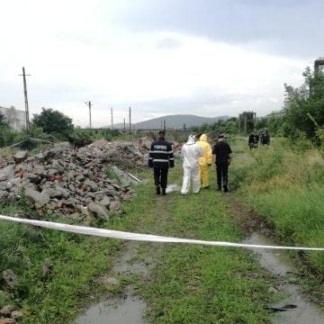 FOTO/VIDEO : Substanțe periculoase descoperite lângă o fostă fabrică din Bistrița