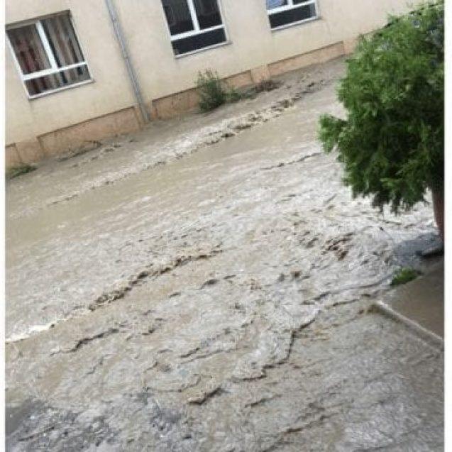 FOTO – Zeci de gospodării inundate în Budacu de Jos
