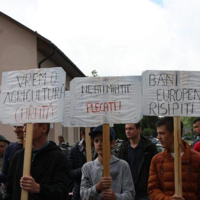FOTO/VIDEO – Oamenii din Tărpiu au luat cu asalt Primăria Dumitra! Aceștia nu vor groapă de gunoi în pădure