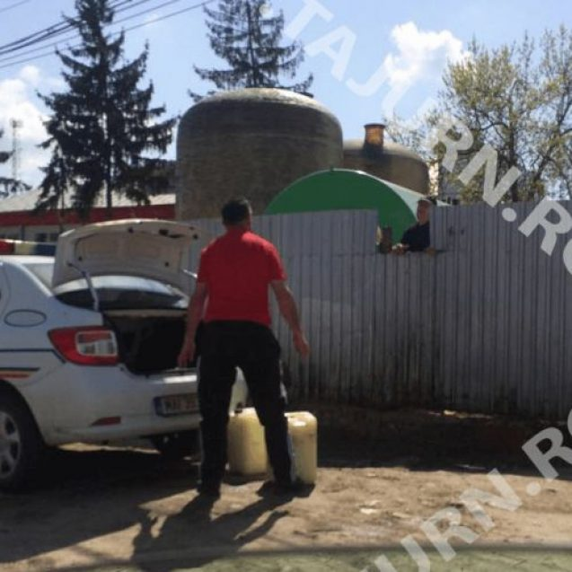 VIDEO: O mașină de poliție din Beclean, surprinsă într-o postură nepotrivită