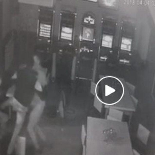 VIDEO: Bătut cu sălbăticie, într-un bar din Beclean