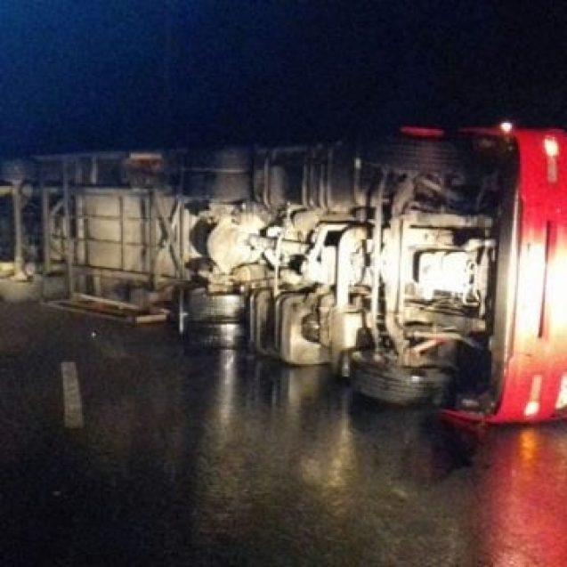FOTO – Un TIR s-a răsturnat în Pasul Tihuța. Circulația este blocată