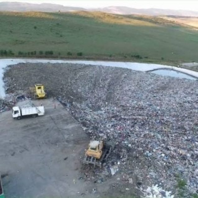 """VIDEO – Cum arată """"reciclarea"""" la groapa de gunoi de la Tărpiu? Grozăvia descoperită printre resturi…"""