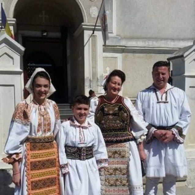 VIDEO: Primarul Traian Ogâgău mătură balega din Sângeorz-Băi, în a doua zi de Paști…!