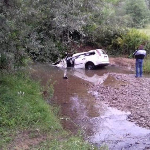 FOTO – MOLIȘET: Un minor beat a condus mașina într-un pârâu