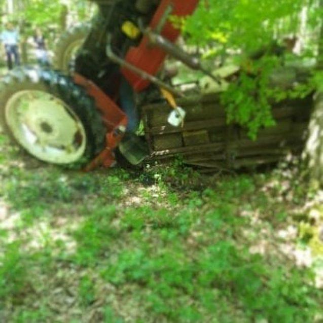 Accident în Șintereag: Salvatorii încearcă să scoată o persoană de sub tractor!