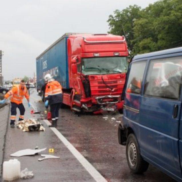 Daune uriașe de plată și pușcărie pentru un șofer de TIR care a omorât două persoane din neatenție