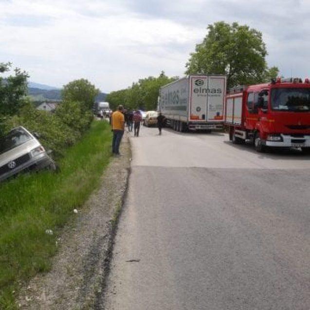 FOTO: Accident pe Dealul Dumitrei, cu două autoturisme și un camion