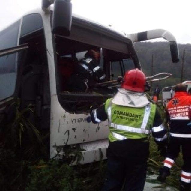 FOTO – Un autocar cu fanfara Forumului German s-a ciocnit cu o mașină la Feldru. Un adolescent a ajuns la spital