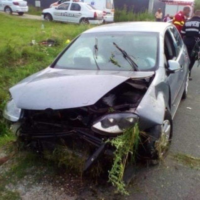 FOTO – O mașină s-a răsturnat, la ieșire în Dumitra. Șoferița a ajuns la spital