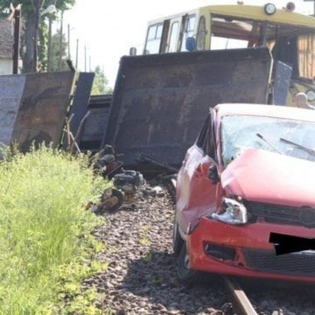 MITITEI: Mașină lovită de o drezină
