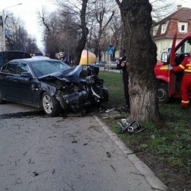 FOTO/VIDEO – Și-a nenorocit BMW-ul într-un copac de pe Republicii