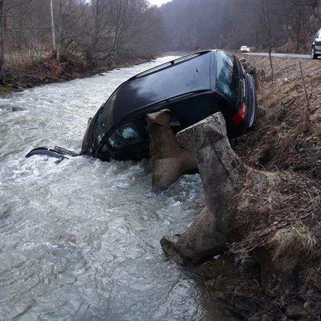 FOTO – Un autoturism a căzut într-un râu, în localitatea Romuli