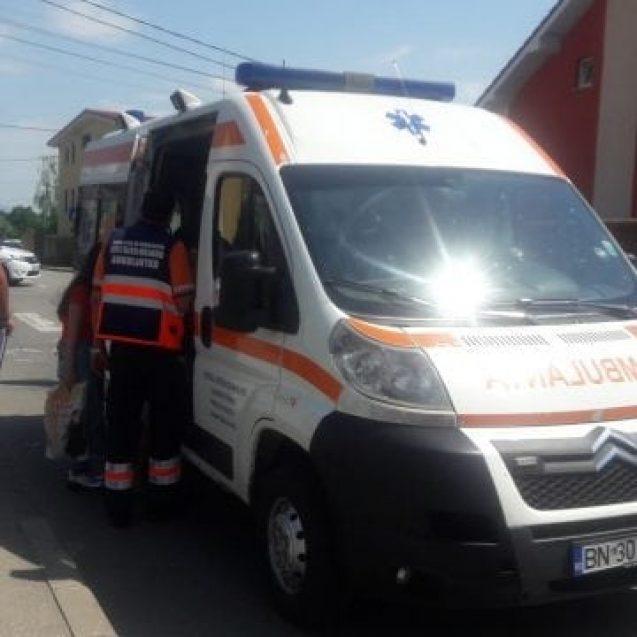 FOTO – Neatenția costă! O fetiță de 4 ani a fost acroșată de o mașină în Subcetate