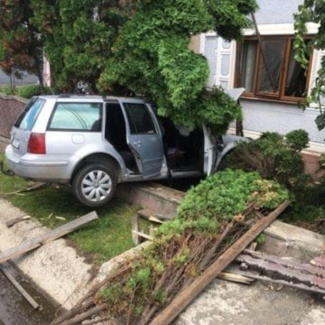 FOTO- Accident în Tiha Bârgăului. Un localnic era să se trezească cu o mașină în sufragerie