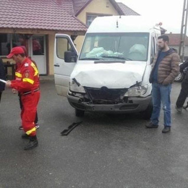 FOTO – Un autoturism s-a ciocnit cu un microbuz în Uriu