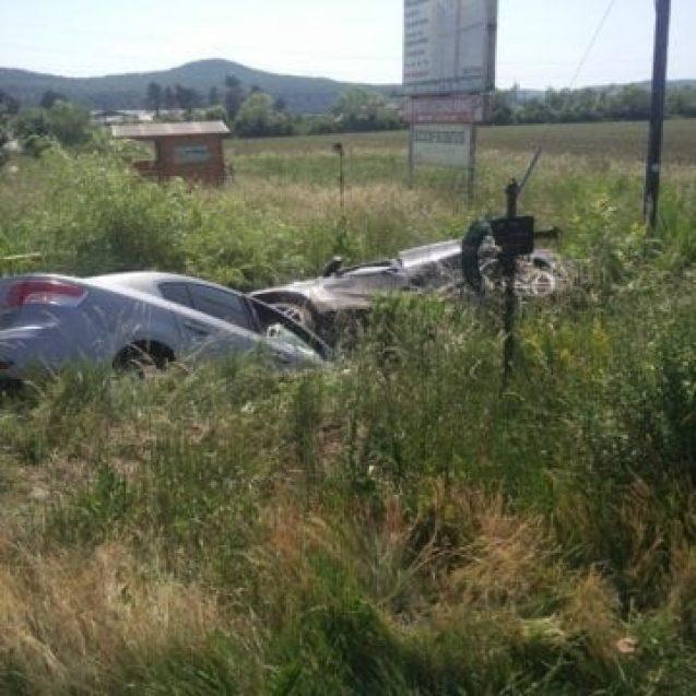 FOTO Șieu Măgheruș: Impact puternic între două mașini. Au ajuns în șanț