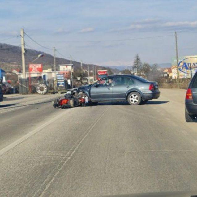 FOTO: Motociclist, lovit în plin de un autoturism, în Viișoara
