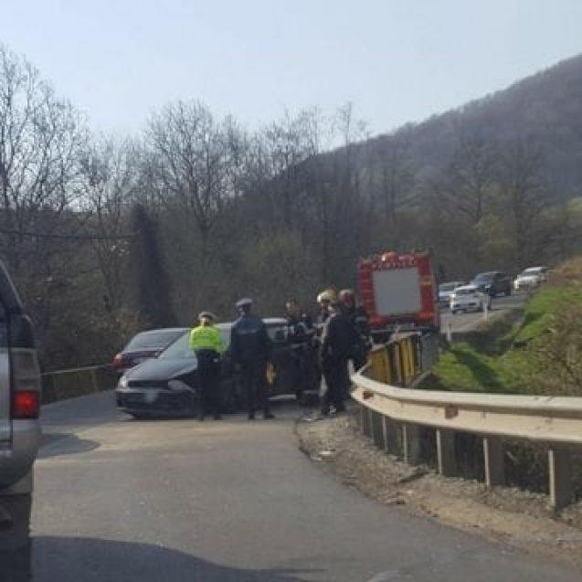 FOTO – Accident la ieșirea din Năsăud. Un autocamion s-a ciocnit cu o mașină, într-o curbă periculoasă