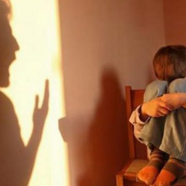 Și-a luat fiica din plasament și a agresat-o, refuzând să o ducă înapoi. Polițiștii l-au reținut pe tatăl fetei pentru 24 de ore