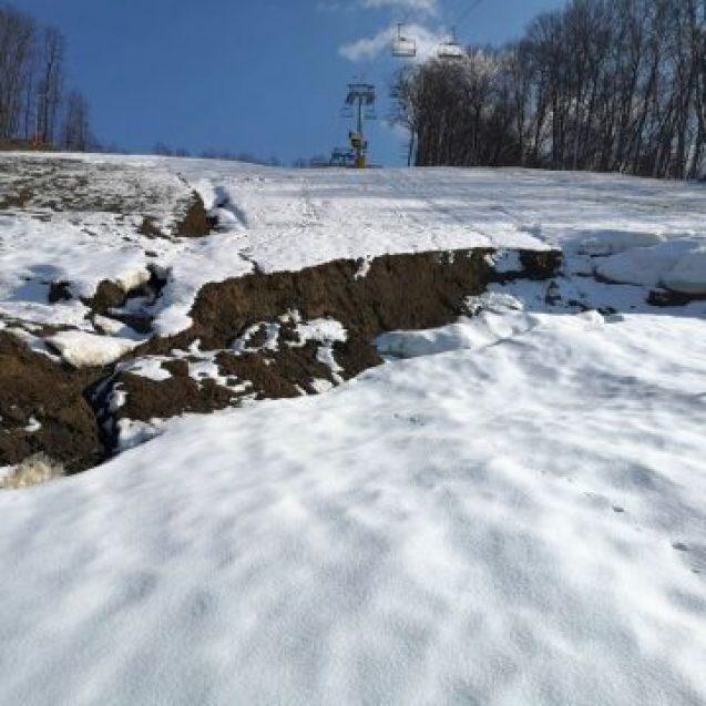 FOTO:  ADIO pârtia Cocoș?!? O alunecare de teren ar pune capăt schiatului pe pârtia mare, pentru totdeauna!