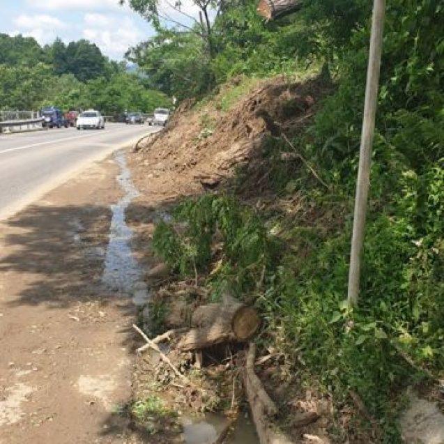 FOTO: DN 17 afectat de aluviuni! Lucrări în Mureșeni pentru a limita alunecările de teren din zonă