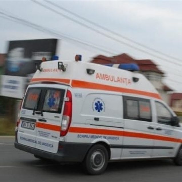 REBRIȘOARA: Un autocar a acroșat o mașină parcată! Medicii s-au ocupat de doi copilași