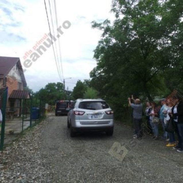 FOTO/VIDEO: Liniștea unei străduțe din Bistrița – tulburată de un VIP american! Ce a căutat ambasadorul SUA la Bistrița