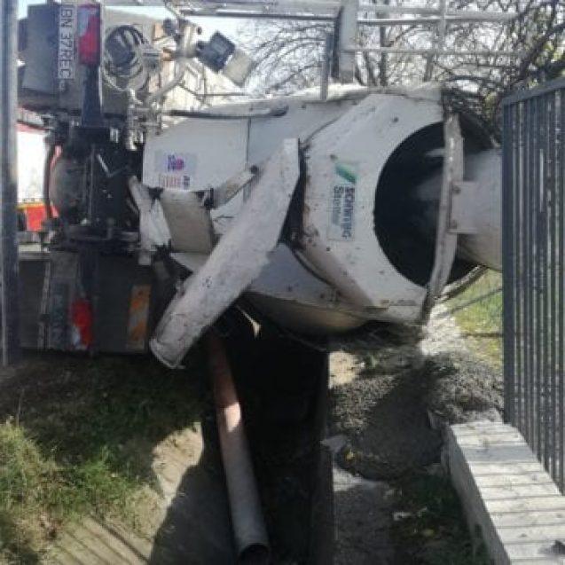 FOTO/VIDEO – Un bărbat s-a răsturnat cu o betonieră în Sărata. Ce l-a salvat de la o moarte sigură