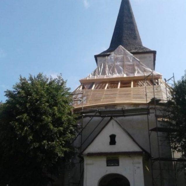 O mână de penticostali salvează o Biserică Evanghelică, unică în Transilvania, pe banii lor