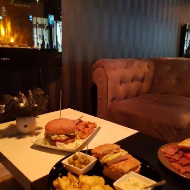 CAFE NOIR e acum mai mult decât o cafenea prietenoasă! S-a reinventat, redecorat și are niște sandwichuri și coaste fragede, bine rumenite, de te lingi pe degete