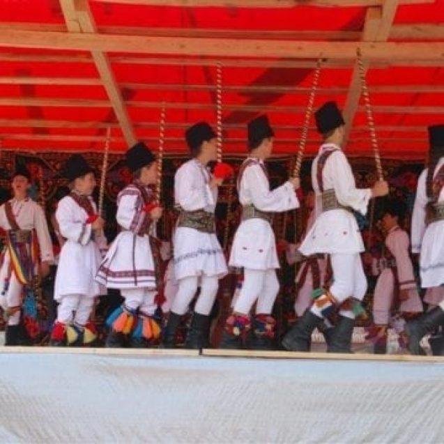O tradiție veche de jumătate de secol este încă păstrată cu sfințenie! Călușarii fac spectacol la Blăjenii de Sus