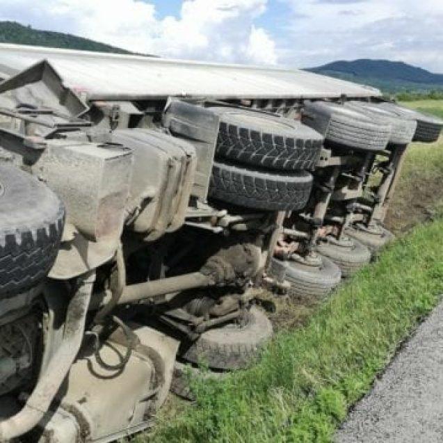 FOTO- S-a răsturnat cu auto-camionul pe DN17 și a scăpat fără nicio zgârietură !
