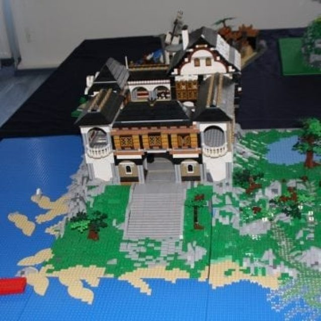 """FOTO – Casa lui Dracula, din 10.000 de piese Lego. Contele nu lipsește nici el din """"poveste"""""""