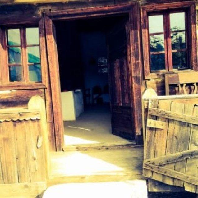 Case tradiționale și obiceiuri vechi, la doi pași de pârtia de schi? Cum va arăta primul muzeu al satului din județ
