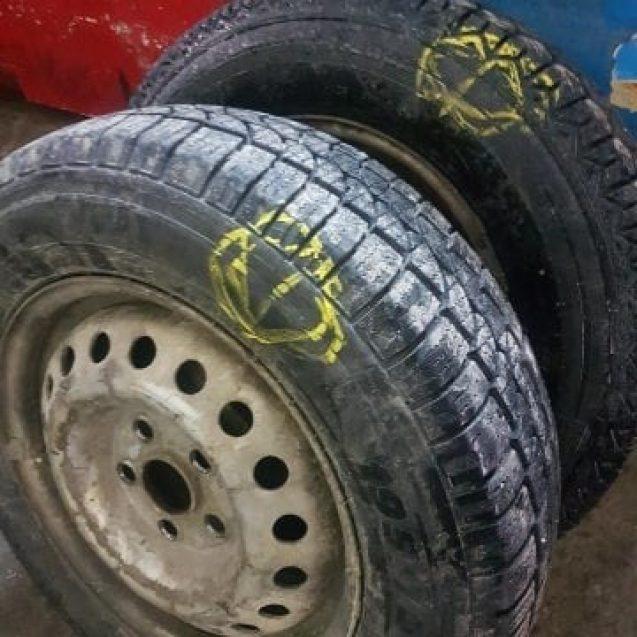 """VIDEO – """"Teroristul"""" de la Lama. Un fost angajat al Spitalului Județean, acuzat că se distrează tăind cauciucurile mașinilor parcate"""