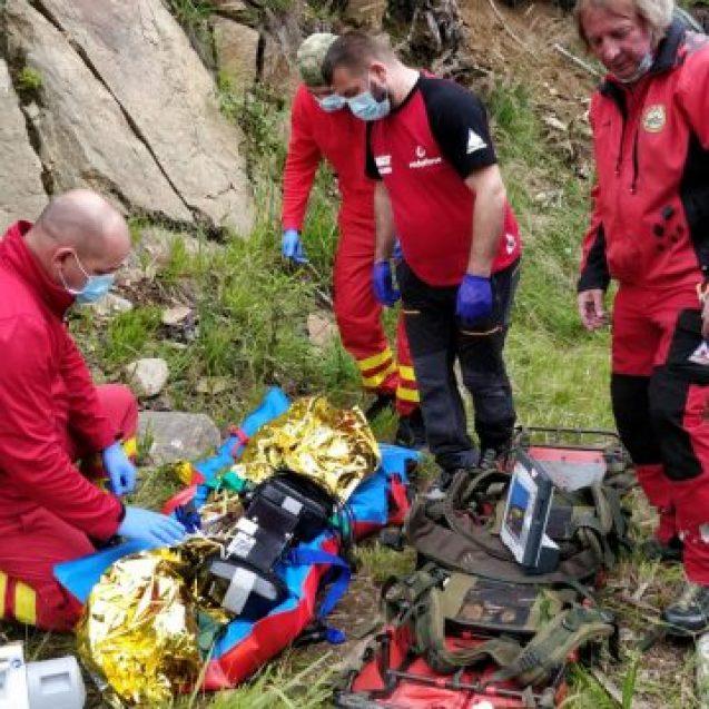 FOTO/VIDEO – PARVA: Îngrijitorul unei stâne, căzut în prăpastie. Elicopterul SMURD, chemat în ajutor