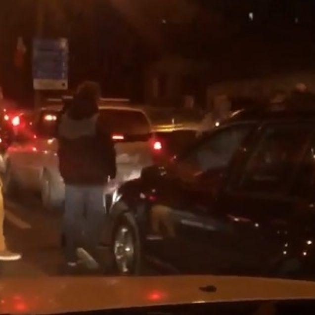 VIDEO: S-au dat mari cocoși la Cluj! Au condus haotic și apoi au dat cu pumnii într-o mașină