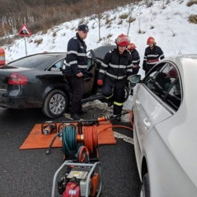 FOTO: Accident pe Dealul Herinei! O femeie a rămas încarcerată