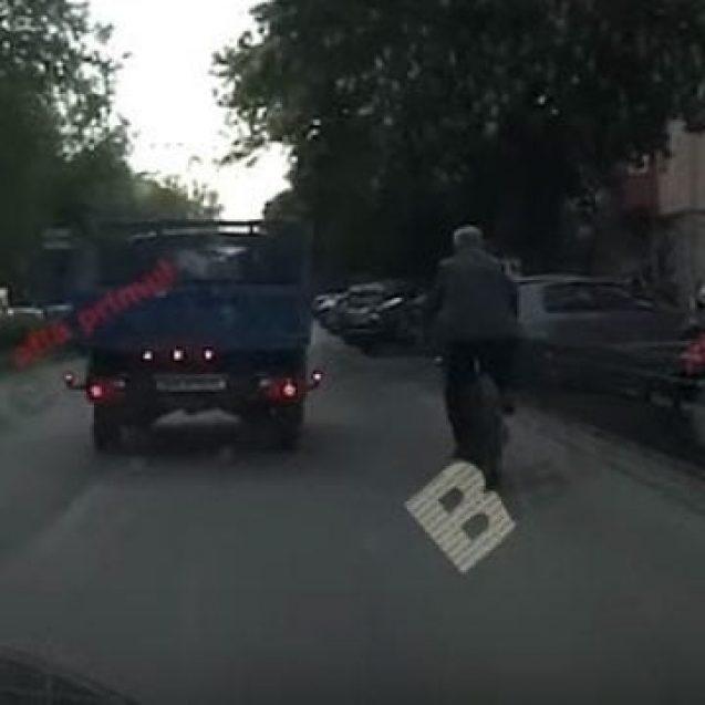 VIDEO – Ovidiu Crețu o arde pe două roți, pe modelul Iohannis, dar pe… interzis