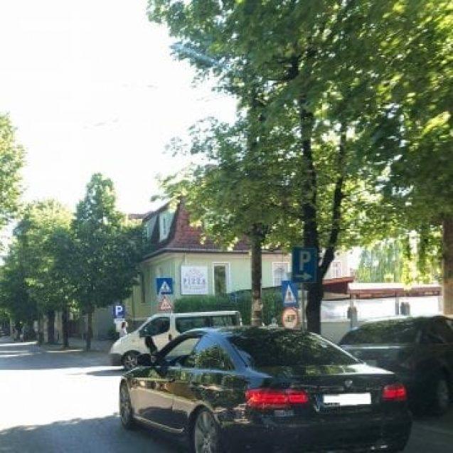Rostul de dimineață: Șoferul unui BMW – cu picioarele pe geam, afară, la aerisit…